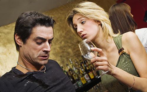 酒を無理強いする女性