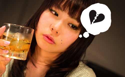 1人でお酒を飲む女性