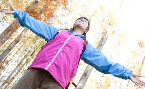 ひとりで山登りをしている女性