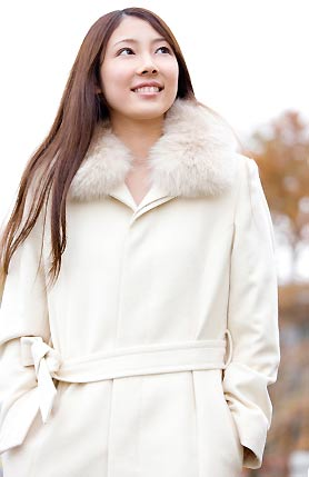ファーが付いた白いロングコート