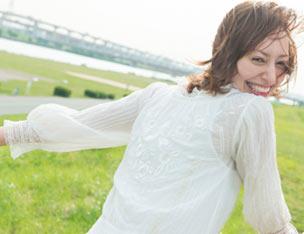笑顔で走り去る女性