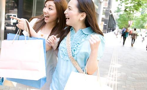 友達と買い物をしている女性