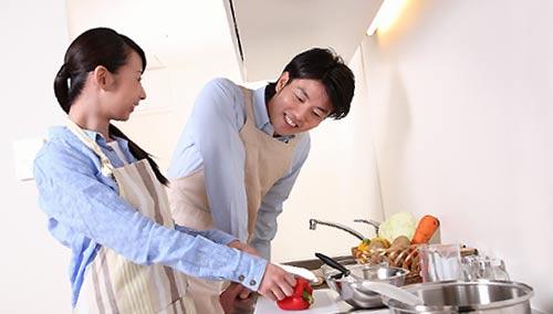 趣味コンで料理するカップル