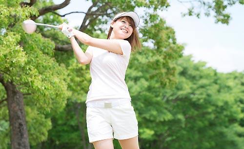 趣味コンでゴルフする女性