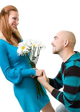花束をささげる男性