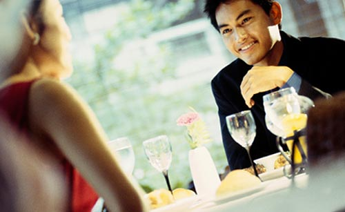 一緒に食事をする男女