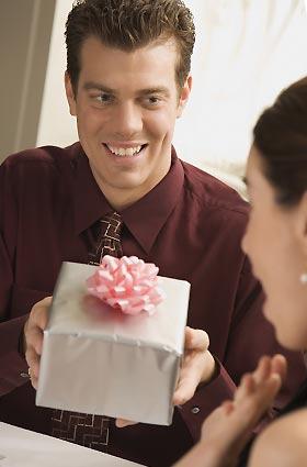 プレゼントする男性
