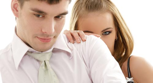 恋人の肩に触れる女性