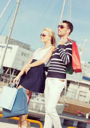 港を歩くカップル