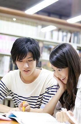 勉強を教える男子学生