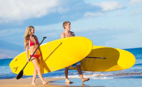 サーフィンするカップル