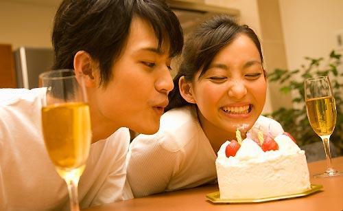 ケーキの火を消すカップル