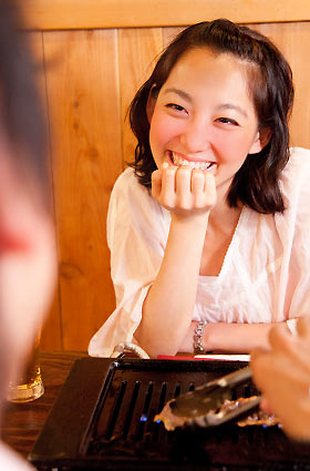 お酒で笑顔な女性