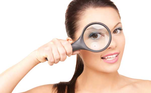 虫眼鏡を持った女性