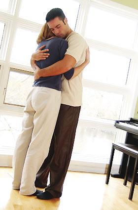 部屋でで抱き合うカップル