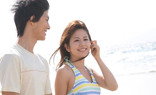 砂浜で会話するカップル