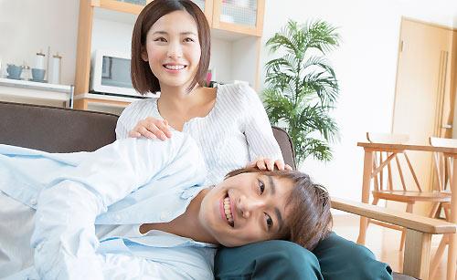 膝枕する女性