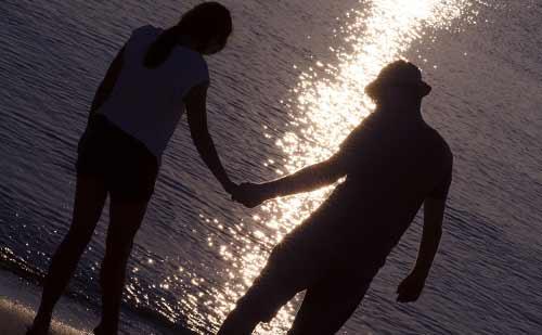 海にいるカップル