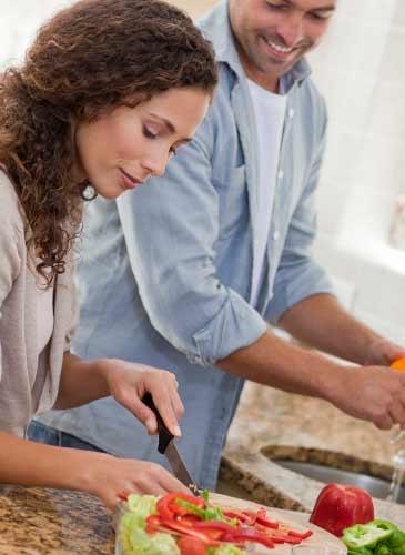 夫と料理を楽しむ女性