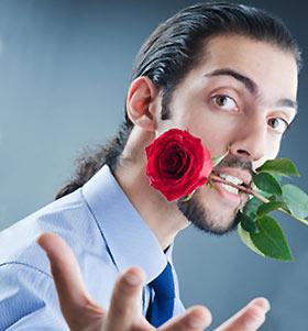 バラを口にくわえた男