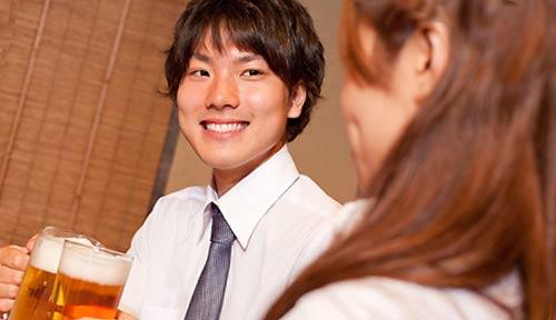 飲み会で笑顔を出す男性