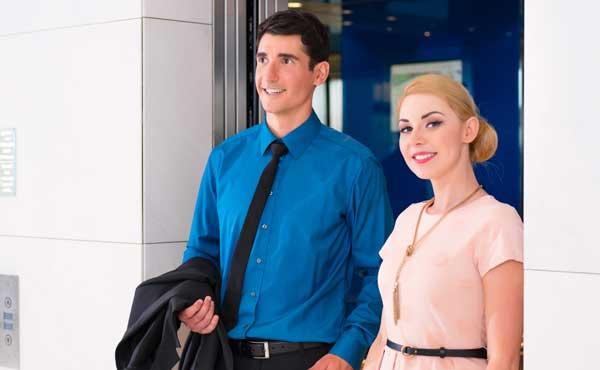 エレベーターから降りてきたカップル